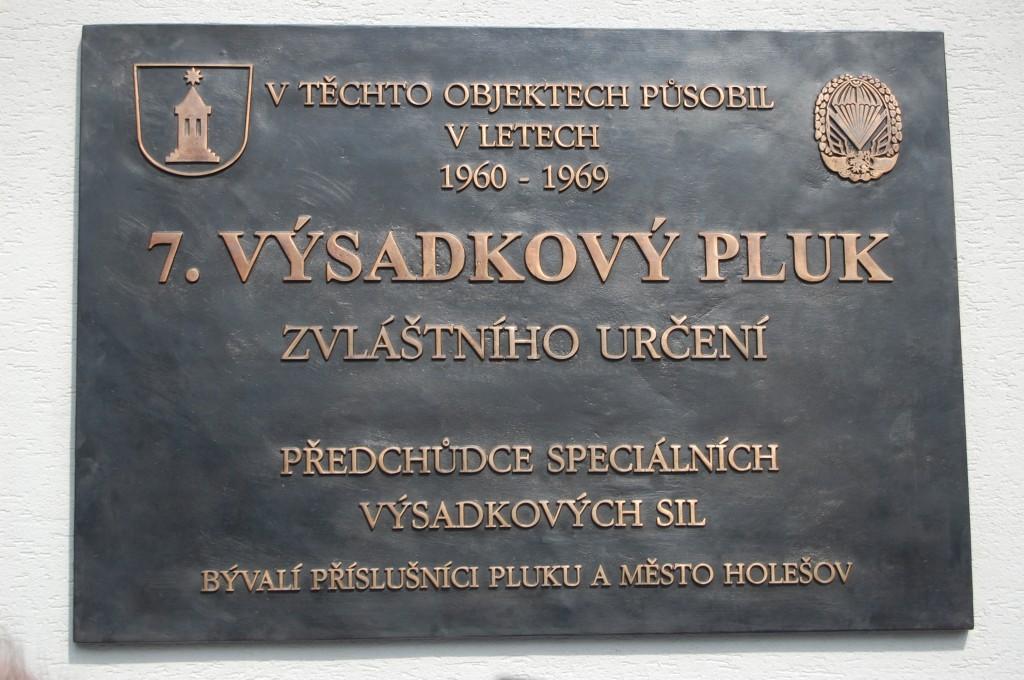 Pamětní deska 7.VP ZU na objektu bývalých kasáren