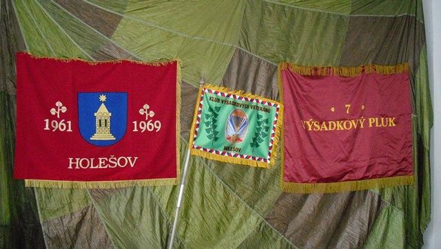 Replika zástavy 7.VP a klubová vlajka KVV Holešov